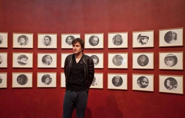 Francesco Vezzoli, l'artista davanti ad una sua opera