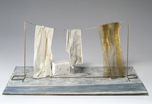 Fausto Melotti. Lungo la roggia, 1982, legno dipinto, tessuto, ottone, amianto, carta dipinta misure, 35 x 76 x 45 cm.