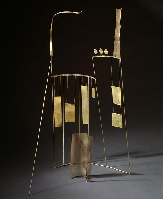 Fausto Melotti. Proscenio, 1975, Ottone, 73,5 x 35 x 38 cm.