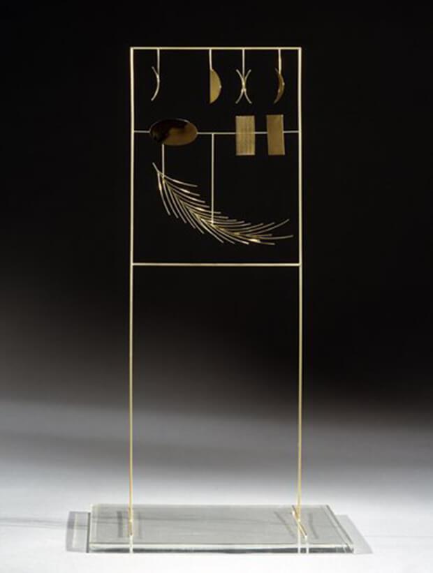 Fausto Melotti. La Piuma, 1973, oro su plexiglass di base 47x24x18 cm.
