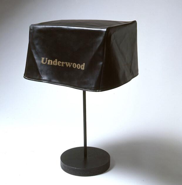 Marcel Duchamp. Pieghevole... da viaggio 1916-1964, ready-made, copertura di macchina da scrivere, 23 cm. -con piedistallo cm 72- x 50 x 30 cm.