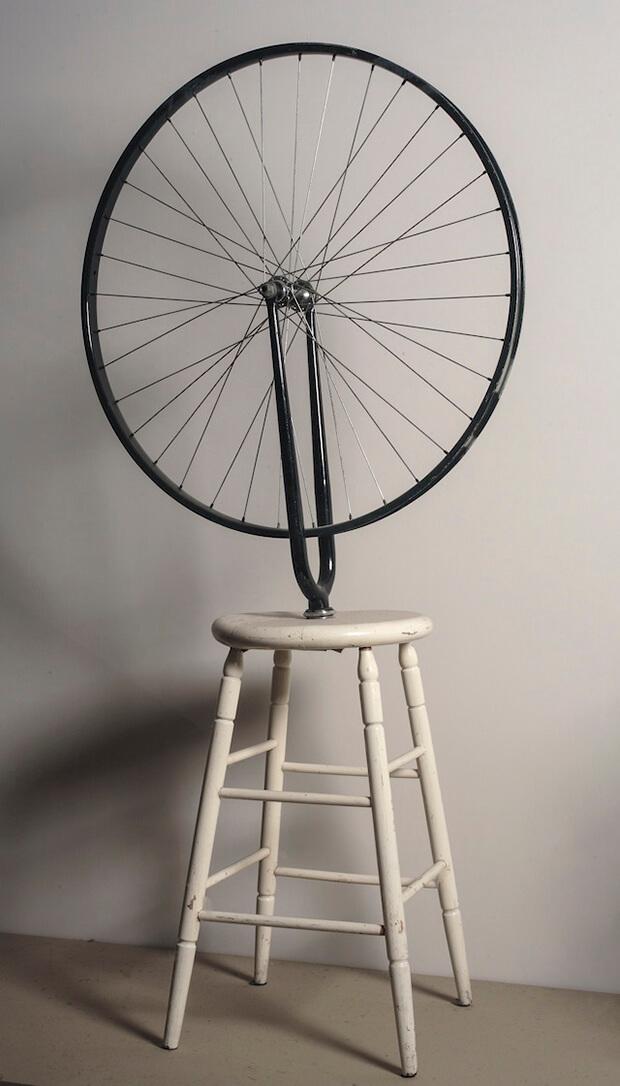 Marcel Duchamp. Ruota di bicicletta, 1913 -1964, ready-made, ruota di bicicletta con forcella montata su sgabello di legno dipinto, 126,5 cm.