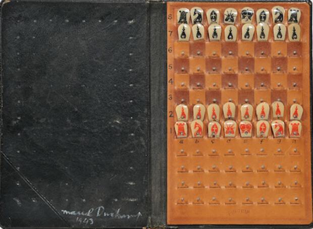 Marcel Duchamp. Scacchiera tascabile, ready-made rettificato, cuoio, celluloide, spilli, cm 16 x 10