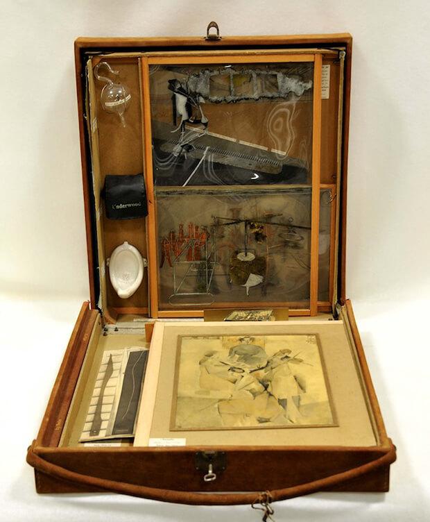 Marcel Duchamp. Scatola in valigia,  1936 – 1941,  valigia Louis Vuitton in pelle di camoscio, scatola di legno contenente 69 riproduzioni in miniatura ed una collotipia originale