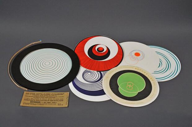 arcel Duchamp. Rotorilievi, 1935, sei dischi double-face di cartone litografati a colori, contenitore di plastica, cellophane, cartoncino, spillo, diametro mm 200