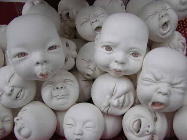 Sculture di neonati in ceramica
