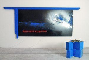 Il mio cuore è un cupo abisso, 2004, tecnica mista su tela e basi a forma di semicroce e neon, cm. 200x200