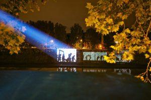 William Kentridge proietta le immagini sul muraglione, durante i lavori preparatori