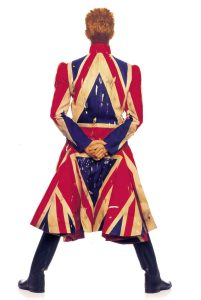 David Bowie - copertina di Earthling, 1997 - cappotto Union jack disegnato da Alexander McQueen e David Bowie