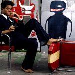 Jean Michel Basquiat. 1Foto 1985. L'artista è mostrato circondato dal suo lavoro. Brooklyn Museum