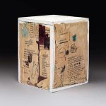 Jean Michel Basquiat. Senza titolo, 1985. Xerox collage su scatola di legno, cm. 28,26 × 21,59 × 21,59. Raccolta di Larry Warsh. Copyright © Estate di Jean Michel Basquiat, tutti i diritti riservati. Concesso in licenza da Artestar, New York