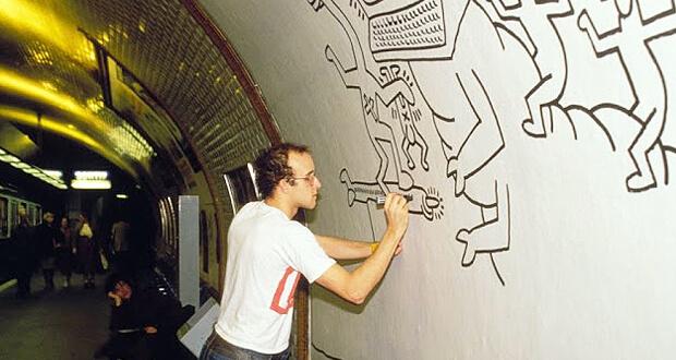 Keith Haring disegna nella metro di Parigi