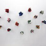 Hans Peter Feldemann. Flowers, vasi con fiori in plastica, dimensioni variabili. Courtesy Collezione Privata Brescia