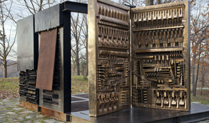 Arnaldo Pomodoro. The Pietrarubbia Group: il fondamento, l'uso, il rapporto, 1975-1976. Bronzo, ferro, fiberglass e marmo, cm 280 × 530 × 360