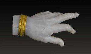 Arte romana (?). Mano, calcedonio e oro, lunghezza cm. 7,3