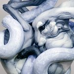 Beth Cavener. Aggrovigliato con te, 2014. Gres, inchiostro, vernice, corda. Installazione: 4 metri dal nodo superiore della corda al pavimento