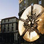 Arnaldo Pomodoro. Grande disco, 1972. Bronzo, ø cm 450. Milano, piazza Meda (foto Francesco Radino)