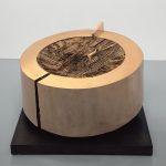 Arnaldo Pomodoro. La ruota, 1961. Bronzo, 55 x ø 115 cm (foto Aurelio Barbareschi)