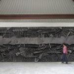 Arnaldo Pomodoro. Le battaglie, 1995. Fiberglass con polvere di grafite, cm 320 x 1200 x 65 (foto Dario Tettamanzi)